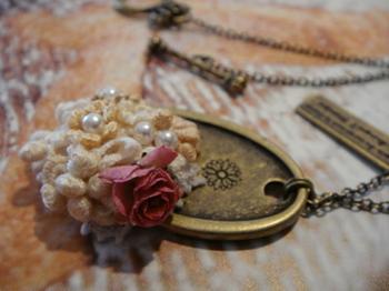 小さな薔薇のプレートネックレス